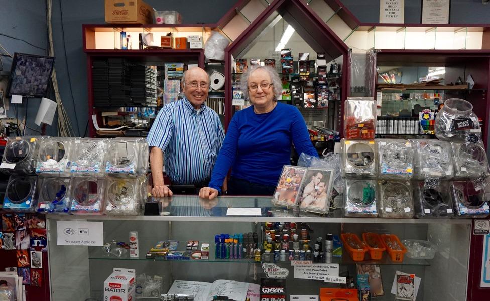 باري وزوجته كارين في متجر الأدوات الإباحية