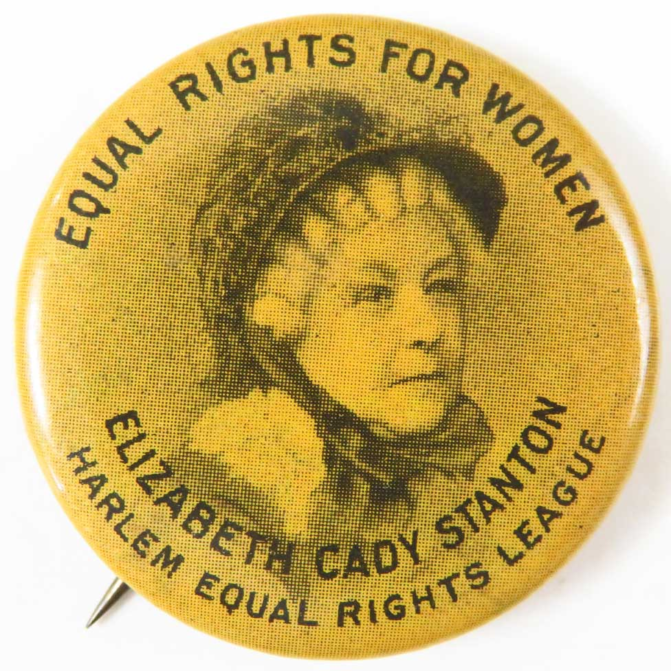 """شارة تحمل صورة إليزابيث كادي ستانتون كُتب عليها """"حقوق مساوية للنساء. اتحاد هارلم للمساواة في الحقوق""""، ترجع لعام 1900"""