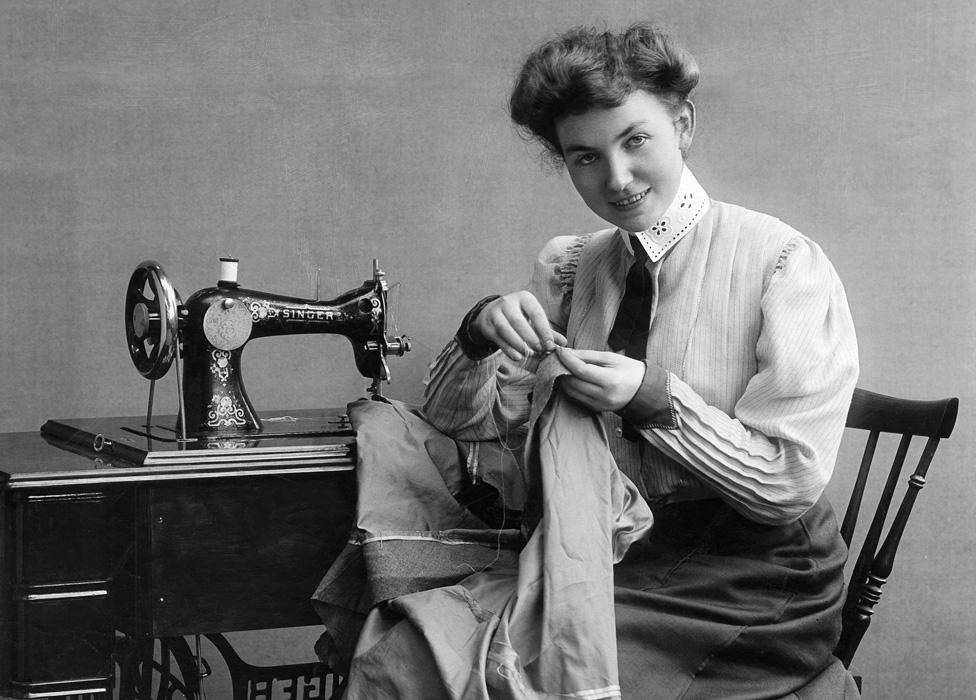 خياطة تستخدم ماكينة سنجر عام 1907