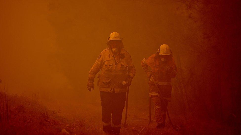 رجال المطافئ يحاولون إخماد النيران