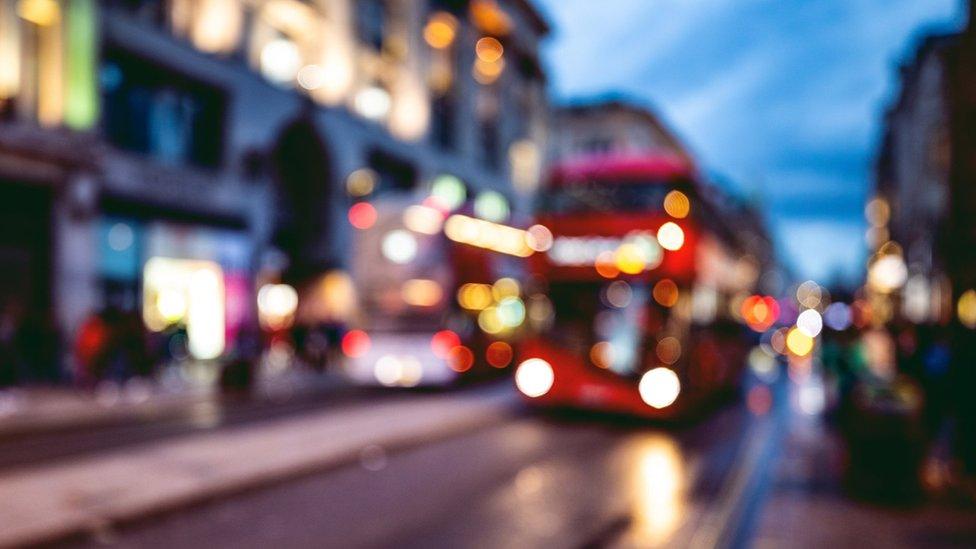حافلة تقترب من محطة ليلا في شوارع لندن
