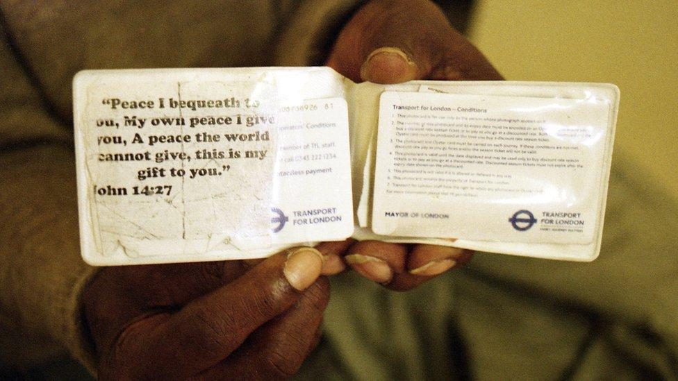 بطاقة السفر الخاصة بصني عليها عبارة من إنجيل