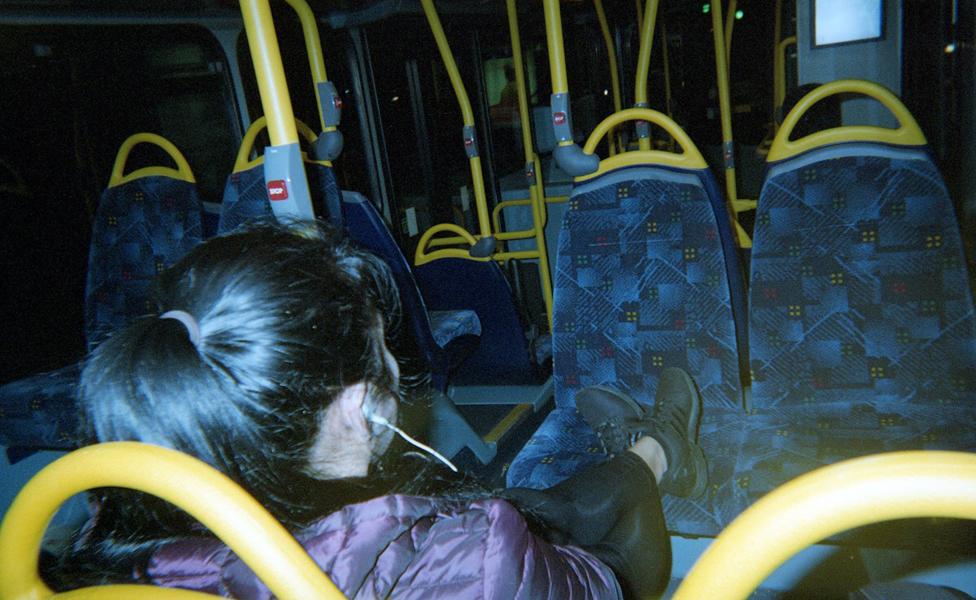 راكبة وصف لمقاعد شاغرة في حافلة
