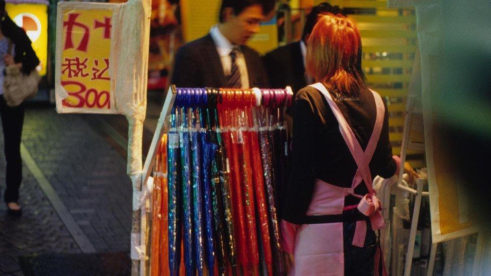 يقول ويست إن المظلات البلاستيكية كتلك المبينة في الصورة منتشرة ورخيصة في طوكيو، إلى درجة أن الكثير من اليابانيين يعتبرونها متاحة لمن يريدها