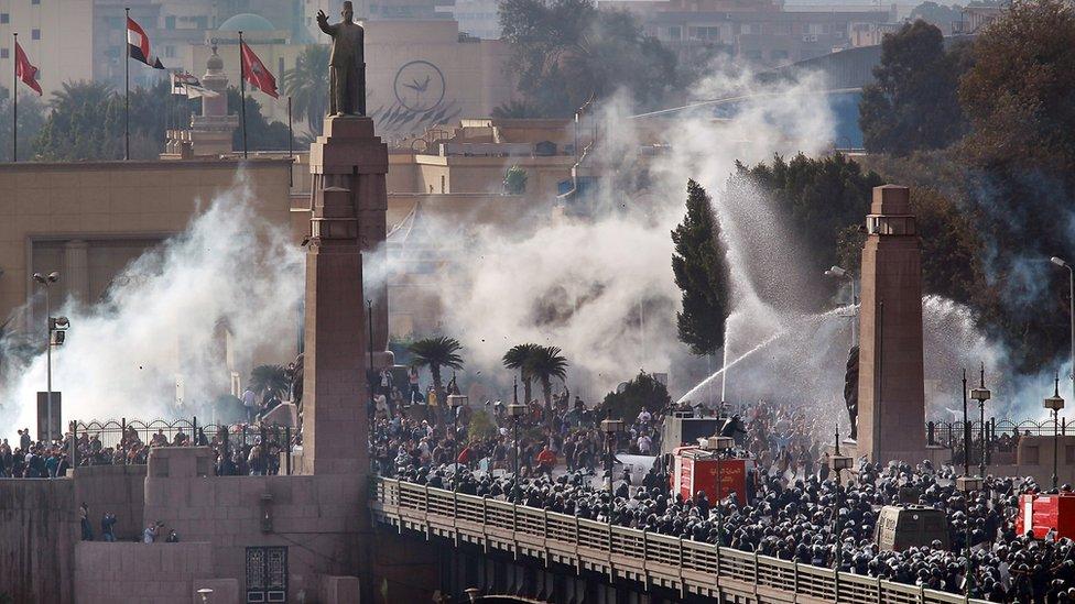 تمكن المصريون في ثورة 25 يناير من كسر حاجز الخوف و فرض إرادتهم وإجبار الرئيس السابق على التنحي عن السلطة
