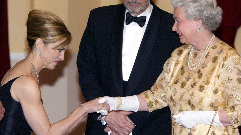 تصافح الملكة إليزابيث الثانية الكثير من الناس ضمن واجباتها الملكية، لكنها لا تكاد تخرج لمقابلة الجمهور من دون القفازات
