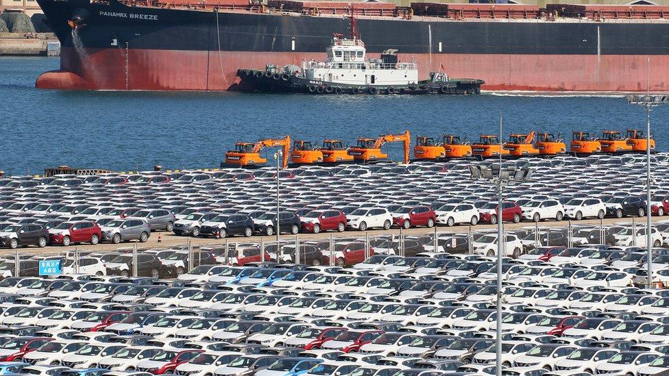 نقل البضائع والسلع تعطل بسبب إغلاق بعض المدن والحد من حركة السفر والتنقل