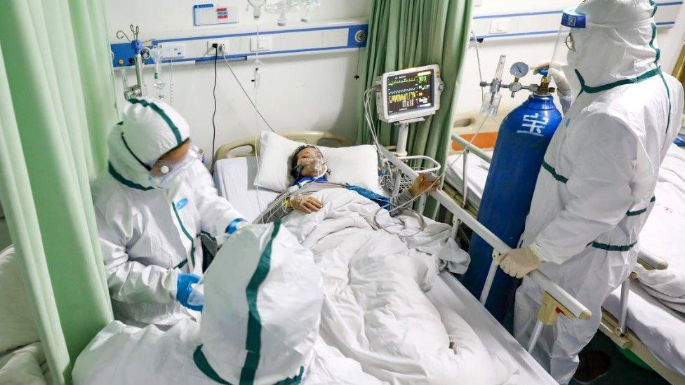 طاقم طبي يقدم الرعاية لمريض في مدينة ووهان
