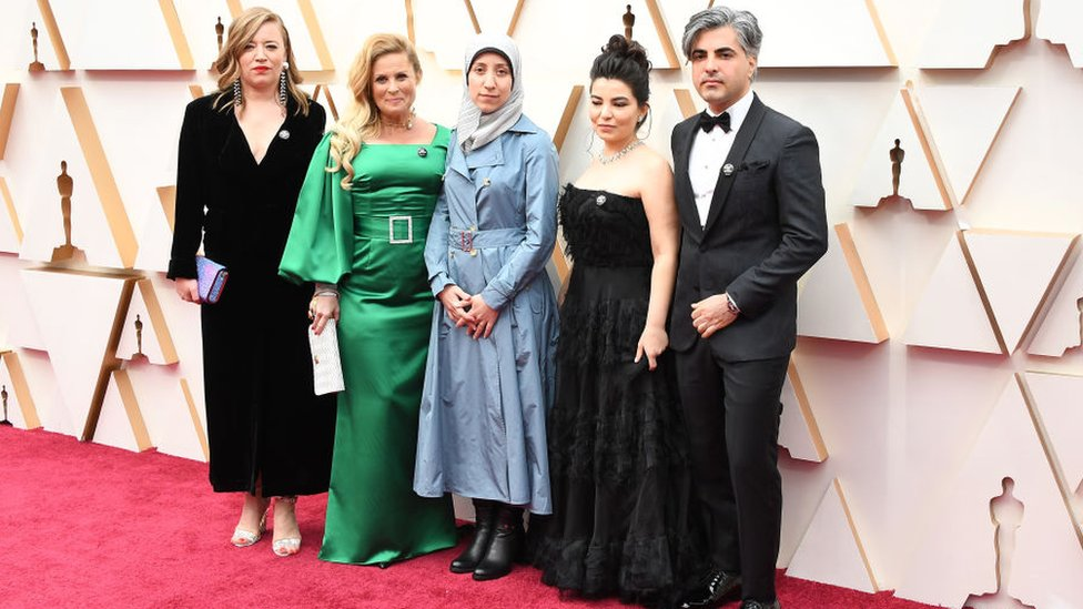 أماني بلور، محور فيلم الكهف، وإلى جانبها كاتبة سيناريو الفيلم، أليسار، وزوجها المخرج فراس فيّاض