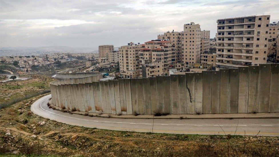 المستوطنات غير قانونية بناء على القانون الدولي لكن إسرائيل لا ترى ذلك