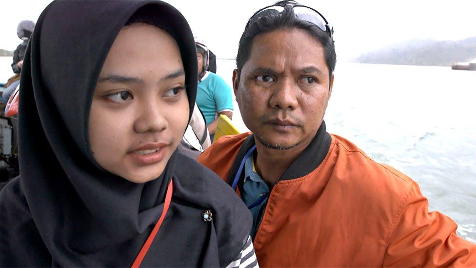 سارة ووالدها أثناء رحلتهما إلى السجن