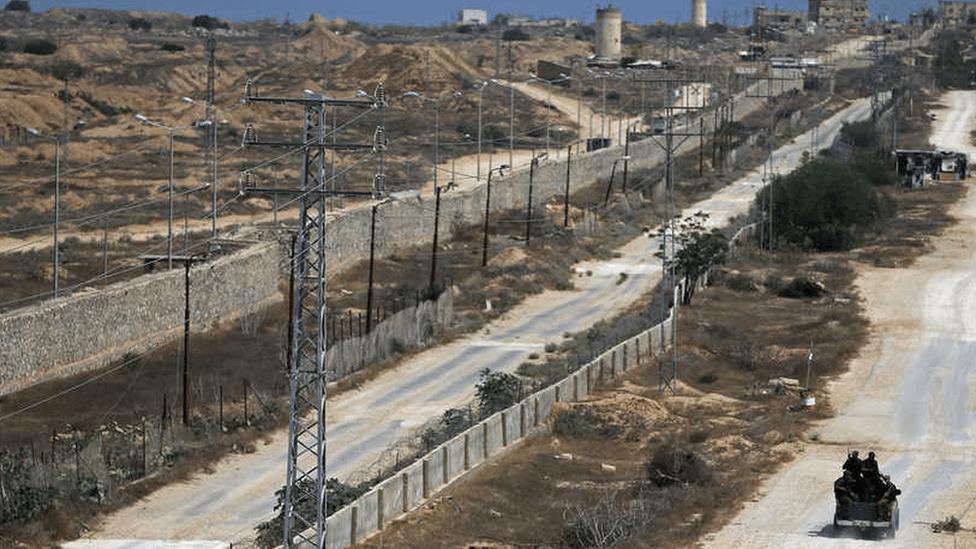 دورية تأمين فلسطينية تتبع حركة حماس تحرس الحدود مع مصر (أرشيفية)