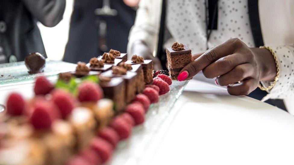 نسبت المطاعم في القرن التاسع عشر مجموعة من الأطعمة إلى النساء منها الحلوى الجذابة والسلطات