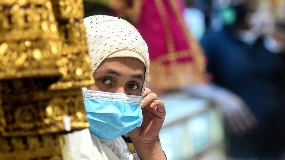 امرأة في الكويت ترتدي كمامة