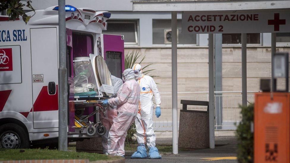 فريق طبي ينقل مريض