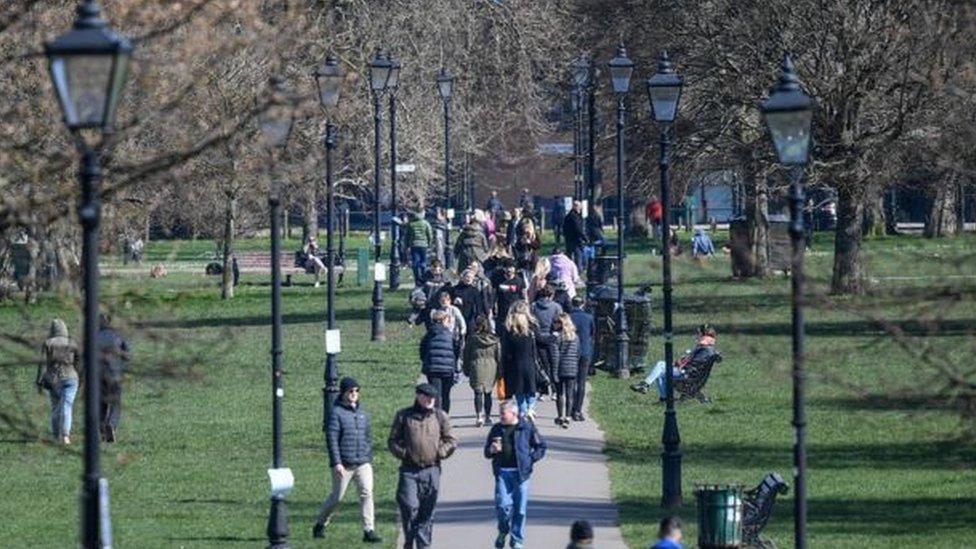 أشخاص في منتزه في لندن