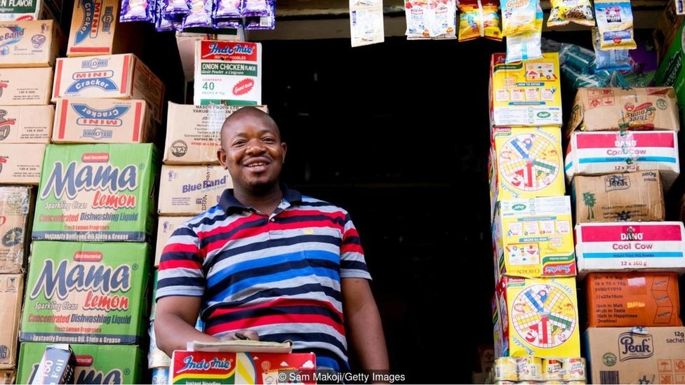 شخص يقف في متجره في نيجيريا