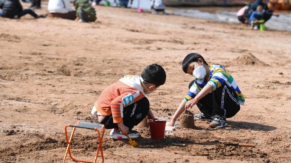 طفلان يلعبان في التراب