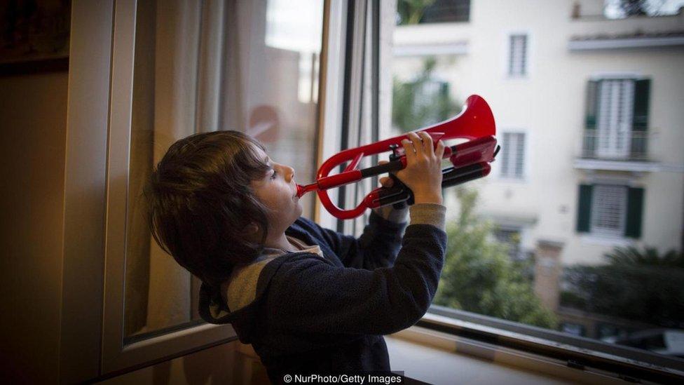 طفل يعزف على آلة موسيقية