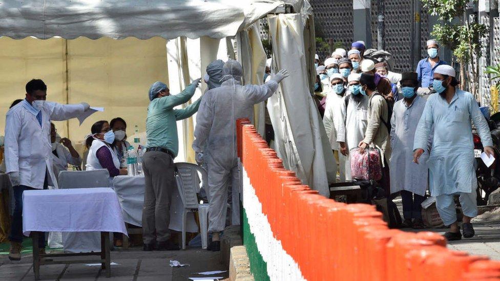أفراد ممن شاركوا في الفعالية يصطفون للخضوع لكشف طبي