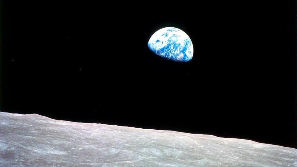 """صورة """"شروق الأرض"""""""