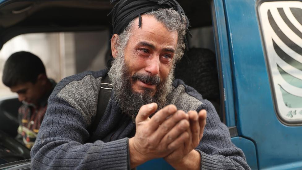 رجل مسن يبكي