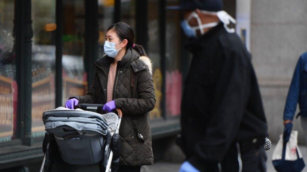 حض عمدة نيويورك الناس على ارتداء كمامات الوجه عند الخروج للشوارع