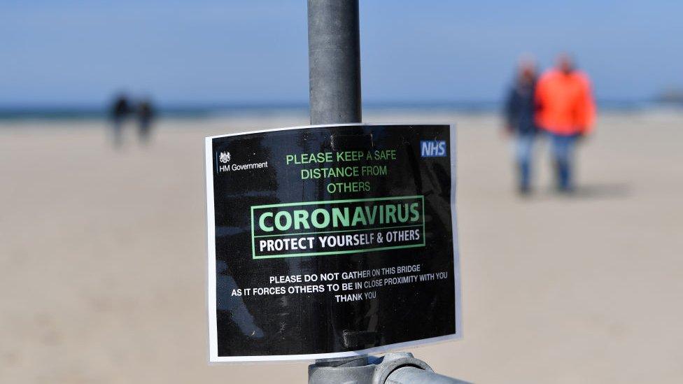 ملصق إرشادي لاتباع التباعد الإجتماعي على مدخل أحد الشواطئ في بريطانيا