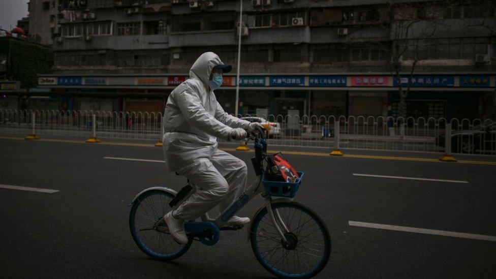 رجل صيني يقود دراجته في ووهان