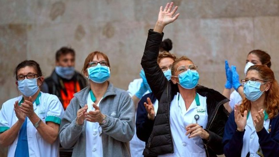 يتفاعل العاملون في المجال الطبي في أوروبا مع المصفقين تشجيعا لهم