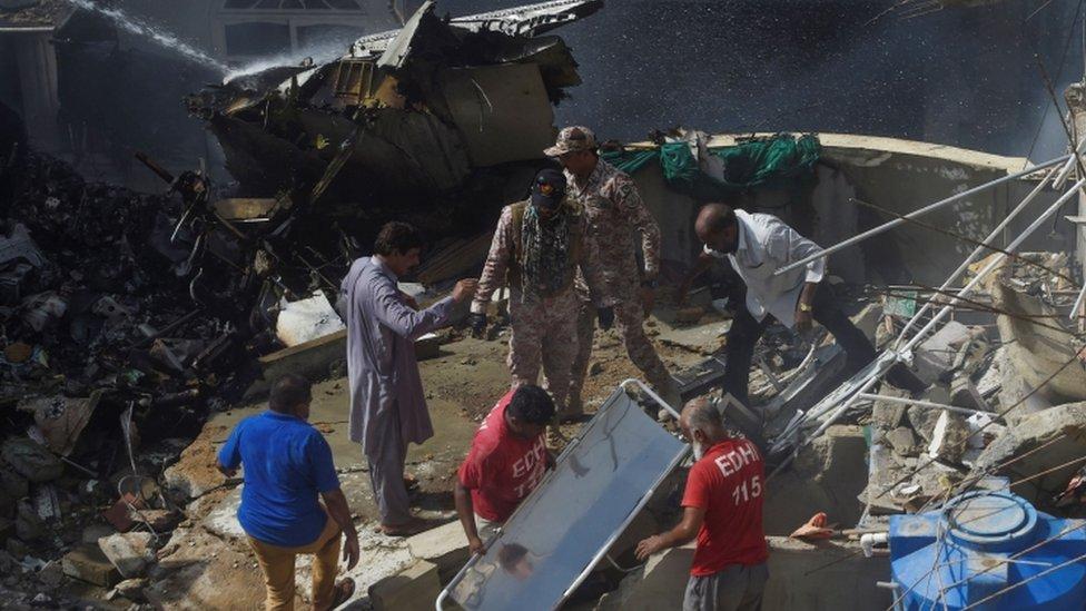 توجهت فرق الإسعاف وعناصر من الجيش الباكستاني للمشاركة في عمليات الإنقاذ