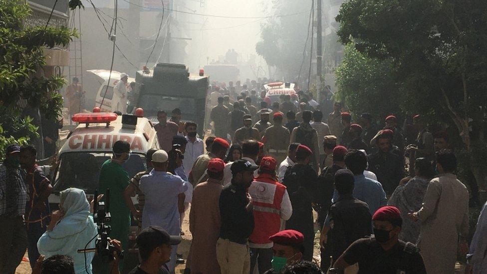سيارات الإسعاف والإطفاء في الحيّ السكني حيث تحطمت الطائرة