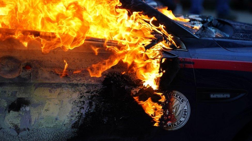 سيارة شرطة تحترق