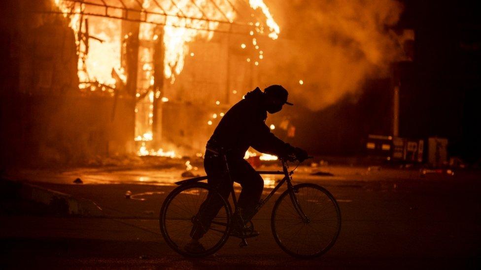 النيران تشتعل في محطة وقود في مدينة مينيابوليس