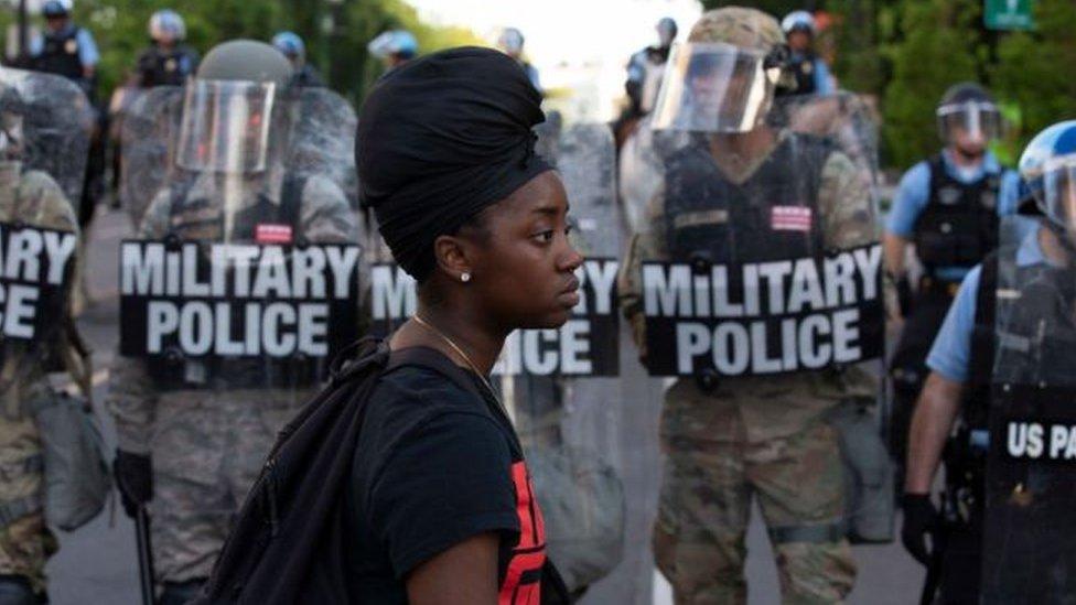 الشرطة العسكرية الأمريكية تواجه متظاهرين