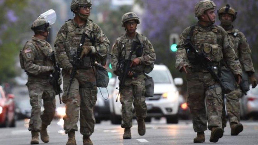 جنود من الجيش الأمريكي في الشوارع