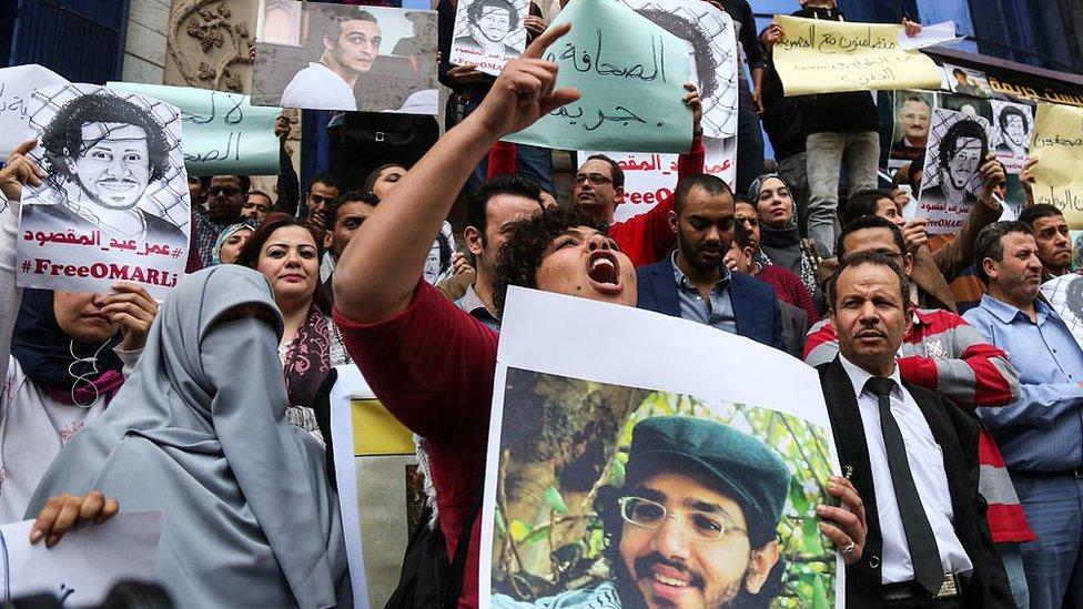 متظاهرون أمام مقر نقابة الصحفيين المصرية يطالبون بإ طلاق سراح الصحفيين المعتقلين، وذلك في مارس/ آذار عام 2016