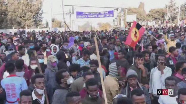 حشود غفيرة من المعجبين بالمغني القتيل