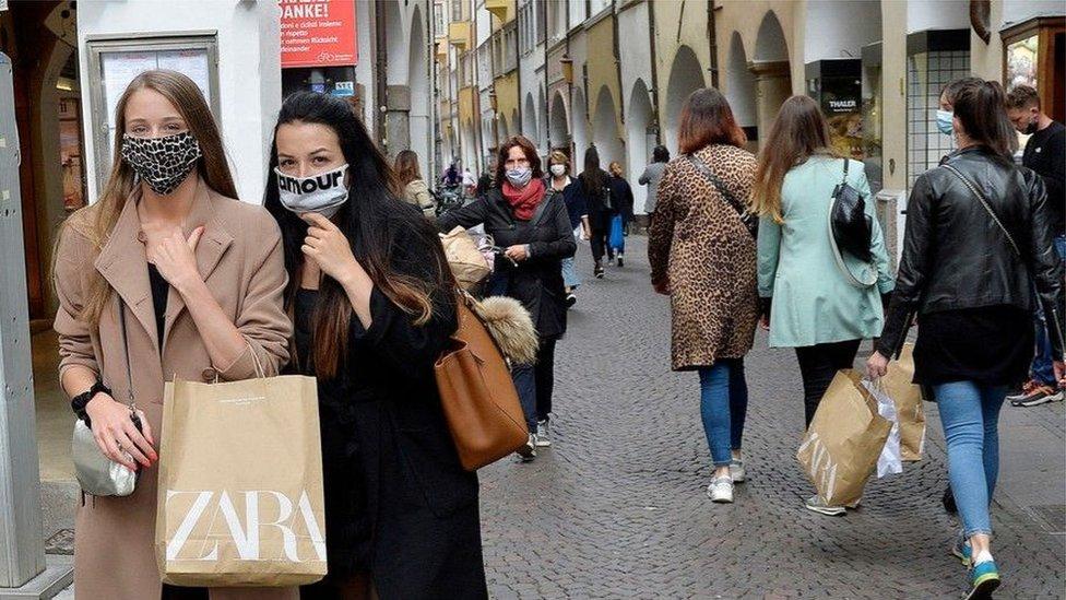 """يحب الناس """"الفرجة على البضائع"""" في المتاجر لأسباب شتى، تتنوع ما بين لقاء الأصدقاء وصرف الذهن عن مشكلات قد تشغل بالهم"""