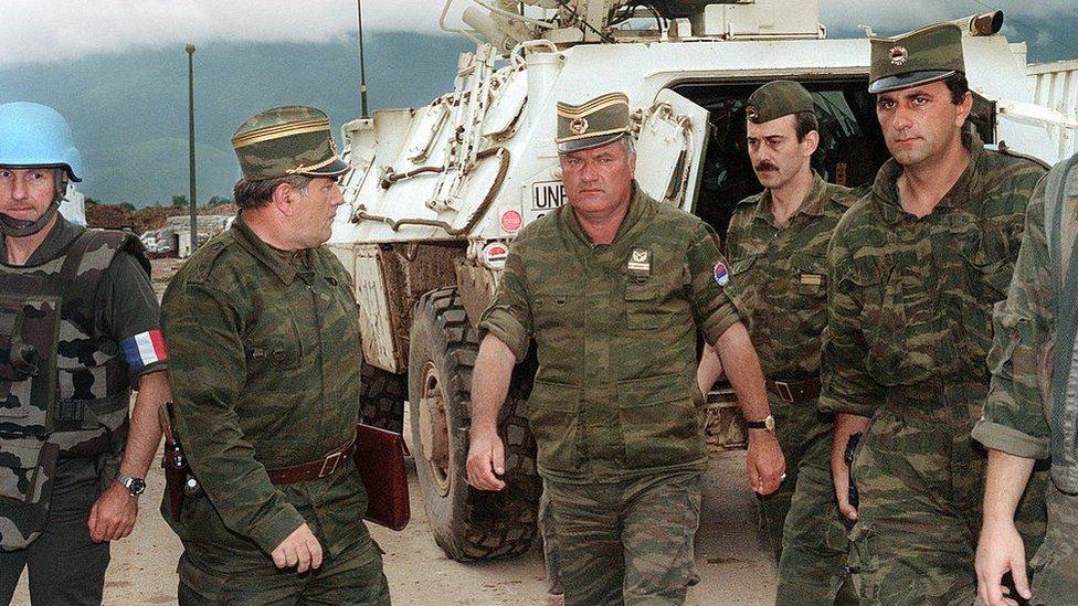 جنود أمام مركبة عسكرية