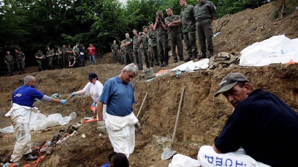 أشخاص يكشفون عن مقابر جماعية