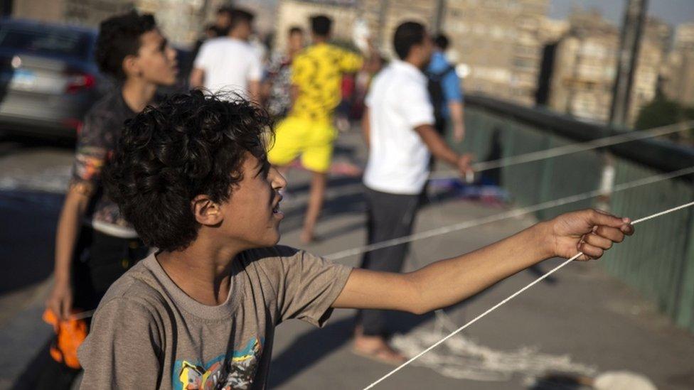 طفل يلعب بطائرة ورقية