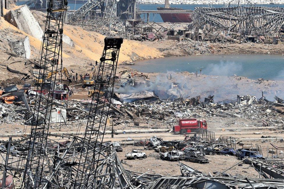 خلف الانفجار حفرة كبيرة في موقع المستودع الذي خزنت فيه نترات الأمونيوم