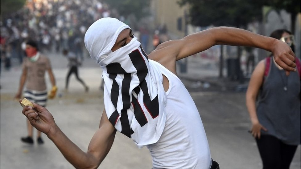 اندلعت المواجهات في بيروت لليوم الثاني بين المحتجين وعناصر مكافحة الشغب