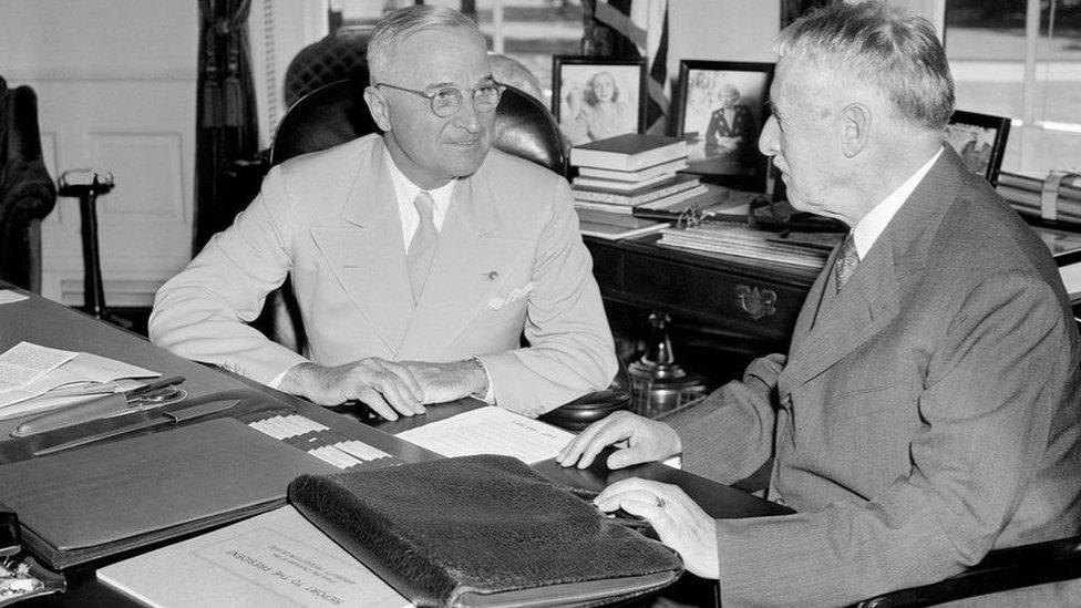 وزير الحرب هنري ستيمسون، يبلغ الرئيس هاري ترومان (يسارا) عن آخر أخبار عملية القصف