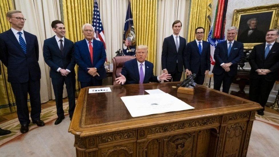 الرئيس الأمريكي دونالد ترامب في مكتبه وسط معاونيه