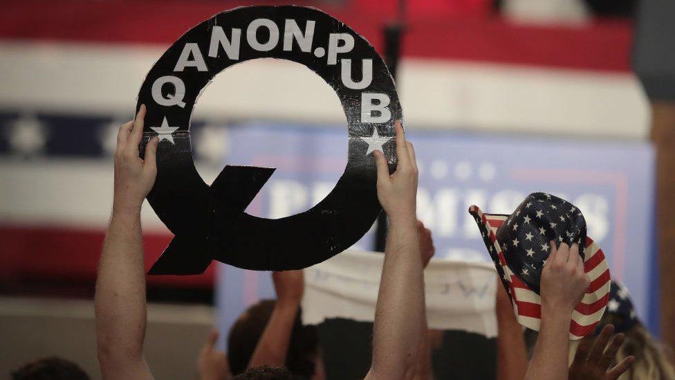 أتباع كيوأنان يرفعون شعاراتهم في تجمعات انتخابية لدعم الرئيس ترامب