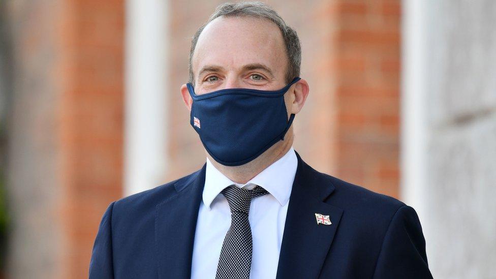 دومينيك راب ارتدى كمامة عليها العلم البريطاني عند مقابلة بعض الأوروبيين.