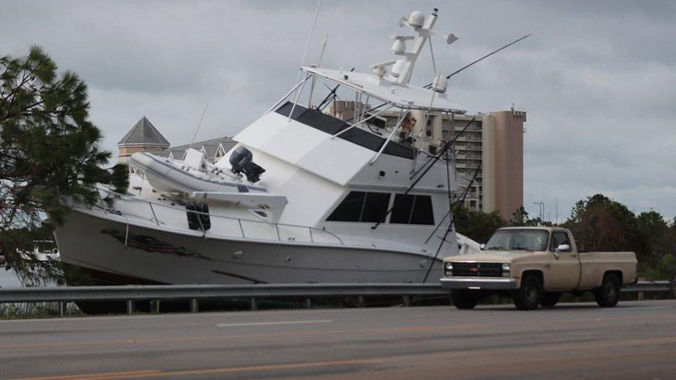 مركب قذفته رياح العاصفة إلى الشاطئ