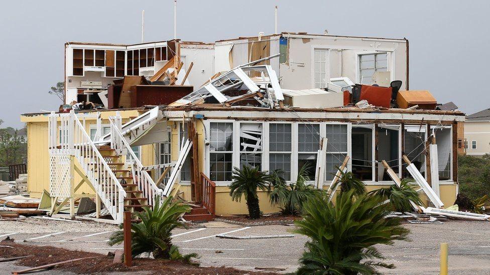 الرياح اقتلعت سقف هذا المنزل في بيرديدوكي، فلوريدا